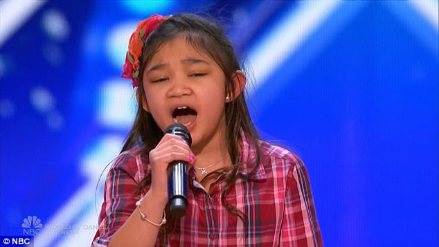 """Cô bé Angelica Hale thể hiện chất giọng khỏe khoắn khi trình bày ca khúc """"Rise Up""""."""