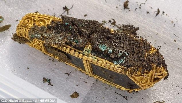 Những chuỗi hạt, nhẫn vàng, vải lụa Thổ Nhĩ Kỳ… cũng được tìm thấy bên trong hũ đồ cổ.
