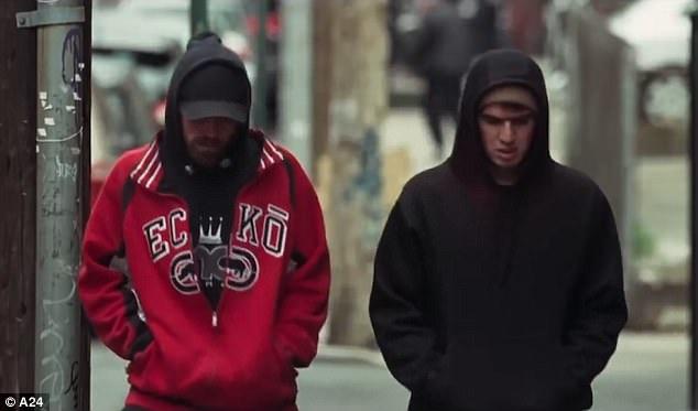 Nhân vật Connie (Robert Pattinson) cùng người anh em Nik (Ben Safdie) lên kế hoạch thực hiện một vụ cướp ngân hàng.