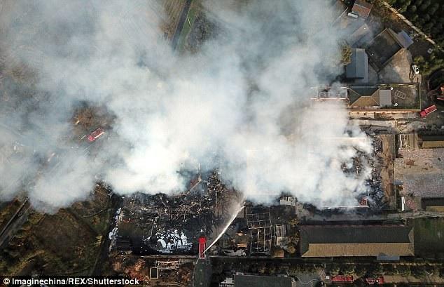Ngay cả khi đám cháy đã được khống chế, một vùng khói mù mịt vẫn bao phủ xã Miên Trúc.