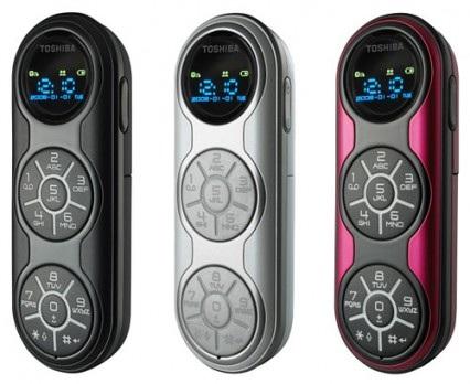 Năm 2011, Toshiba đặt chân vào thị trường di động với một dòng sản phẩm có thiết kế lạ lùng mang tên G450. Sở hữu bộ khung dạng con thon hiếm thấy, mặt trước của G450 còn khiến bạn há hốc mồm với 3 khu vực hình tròn tách biệt, bao gồm 1 màn hình và 2 phần để bố trí các phím số. Nếu thiết bị này này còn tới ngày nay, có lẽ sẽ chẳng ai nghĩ rằng chúng là một chiếc điện thoại.