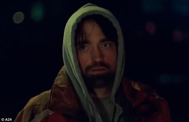 """Robert Pattinson cho biết anh đã cố gắng để không ai nhận ra mình trên đường phố New York (Mỹ) trong vòng một năm với tạo hình của nhân vật Connie. Các thước phim cũng được quay theo phong cách """"đột kích"""", rất giản dị, nhanh gọn, với bối cảnh thực, không hề rình rang với một ê-kíp đông người."""