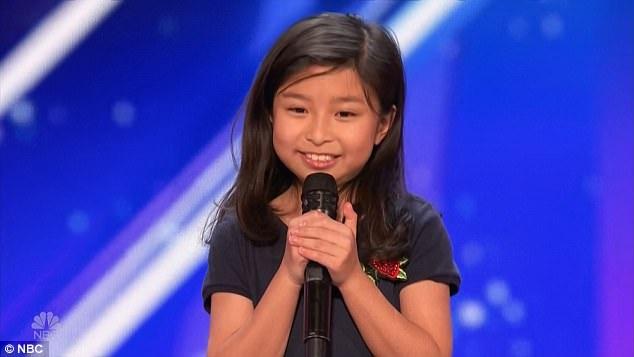 """Cô bé Celine Tam (9 tuổi) """"đốn tim"""" với màn thi hát."""