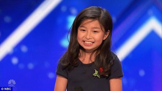 """Sau phần thi nhận được sự cổ vũ nhiệt tình của giám khảo và khán giả, Celine Tam đã rất được khen ngợi bởi thể hiện khá đạt một """"My Heart Will Go On"""" theo phong cách của riêng mình."""