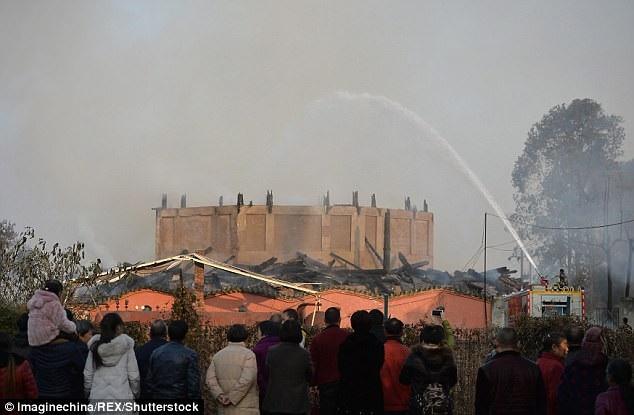 Khi ngọn lửa được khống chế thì tòa tháp cũng đã hoàn toàn bị thiêu rụi.