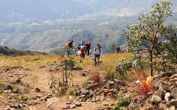 Tuy nằm trên địa thế cao, dốc, đường đi lại khó khắn nhưng đến nay khu Linh địa cổ Mẫu Sơn đã thu hút rất nhiều du khách tới hành hương.
