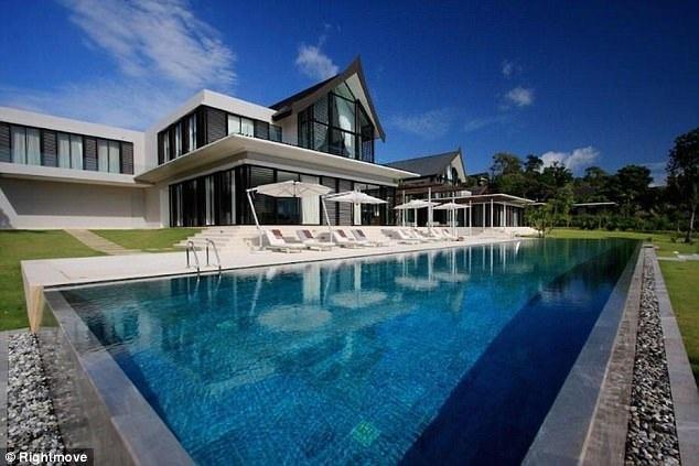 Bể bơi có chiều dài 40m.