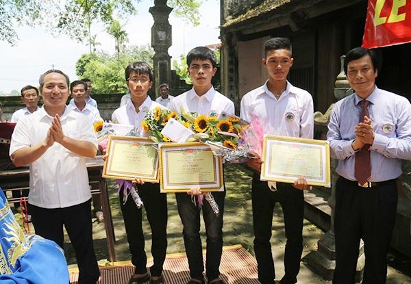 Dòng họ Lưu tặng Bằng khen cho 3 người cháu xuất sắc trong kỳ thi THPT quốc gia 2017 là Lưu Văn Hiện, Lê Hữu Hiếu và Lưu Quốc Thước