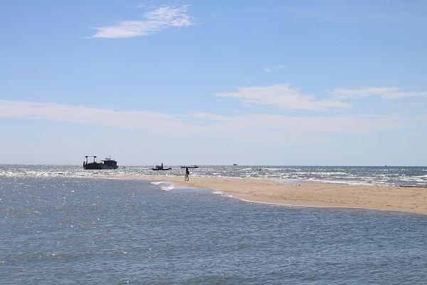 Biển Nhật Lệ sở hữu triền cát vừa dài, vừa rộng