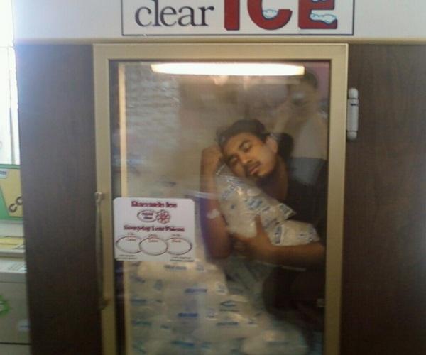 Một người đàn ông thậm chí chui vào tủ đá để thư giãn vì không chịu được cái nóng bên ngoài.