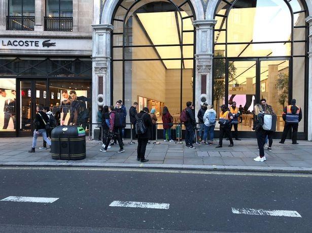 Cảnh một đám đông chưa tới chục người đứng xếp hàng chờ mua iPhone mới - điều khiến bất kỳ ai cũng phải ngỡ ngàng vì hiếm khi xảy ra.