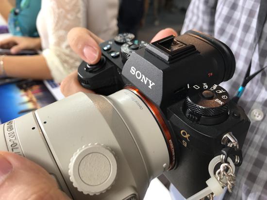 Với khả năng chụp tốc độ cao đến 20 ảnh/giây và hệ thống 693 điểm lấy nét, máy ảnh Sony Alpha 9 hứa hẹn đem đến cho tín đồ chụp ảnh cảm giác không có khoảnh khắc nào là không thể bắt kịp.