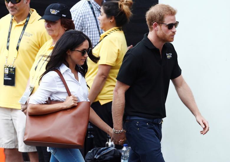 Hai người nắm chặt tay nhau trong lần đầu xuất hiện trước công chúng