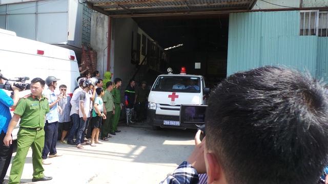 Khoảng 10h trưa ngày 29/7, một xưởng làm bánh ga tô tại km19 trên quốc lộ 32 (xã Đức Thượng, Hoài Đức - Hà Nội) bất ngờ bốc cháy dữ dội. Giám đốc Cảnh sát PC&CC Hà Nội cho biết bước đầu xác định có 8 người tử vong. (Ảnh: Nguyễn Dương)