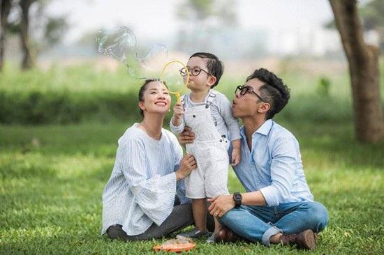 """Khánh Thi đăng ảnh gia đình hạnh phúc kèm theo dòng trạng thái rất đáng suy ngẫm: """"Đã là nghệ sĩ thì càng phải nén cái tôi lại khi quay về với gia đình. Vì ở đó không có khán giả. Chỉ có người làm công cho nhau thôi""""."""
