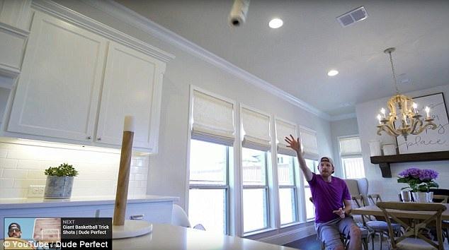 """Một nhóm bạn sinh sống ở bang Texas (Mỹ) đã đưa trò chơi """"trick shot"""" lên một đẳng cấp mới trong một đoạn clip lan truyền trên mạng. Trong ảnh là một thành viên của nhóm """"Dude Perfect"""" đang ném một cuộn giấy bếp…"""
