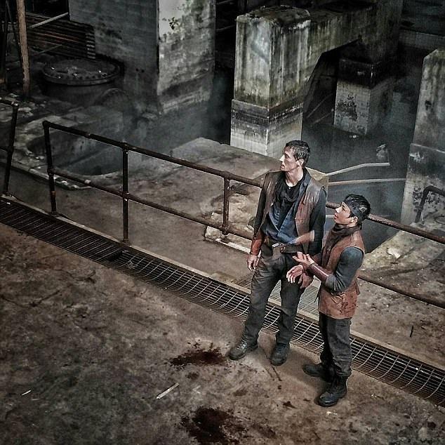 """John Bernecker (trái) trên phim trường """"The Walking Dead"""" hồi năm 2015."""