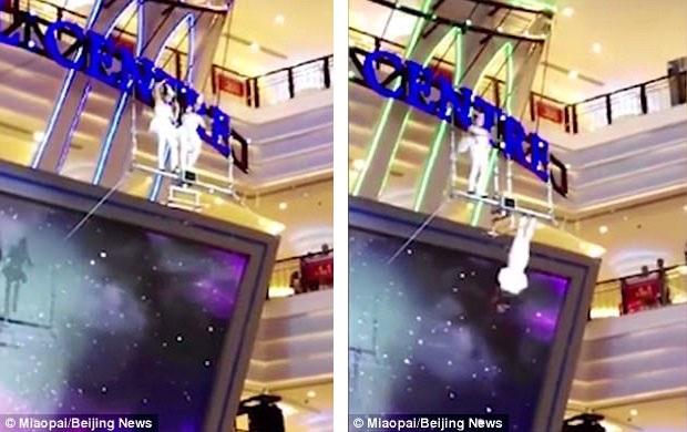 Hai nữ nghệ sĩ xiếc nhào lộn trên không đang biểu diễn trong một trung tâm mua sắm ở Trung Quốc vào ngày 20/7 vừa qua thì xảy ra vụ tai nạn.