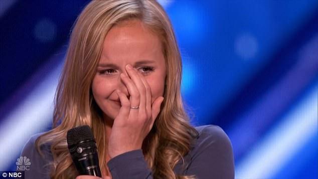 Một giọng ca ít tuổi khác khiến giám khảo kinh ngạc, đó là cô bé Evie Clair (13 tuổi).