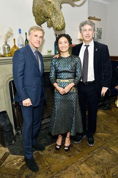 Hồng Châu bên bạn diễn - nam diễn viên Christoph Waltz (trái) và đạo diễn Alexander Payne (phải)