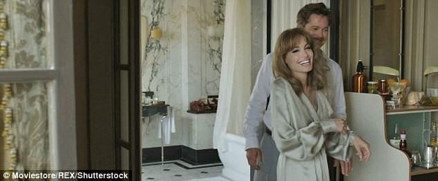 """Angelina Jolie (42 tuổi) vừa tiết lộ rằng cô từng hy vọng việc cùng với Brad Pitt diễn xuất trên phim trường """"By The Sea"""" sẽ giúp họ hàn gắn trong mối quan hệ vợ chồng."""