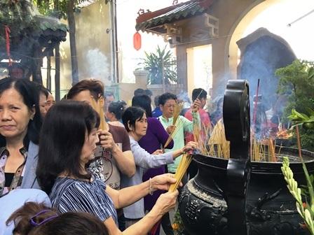 Đông nghịt người du xuân, lễ chùa ngày đầu năm - 10