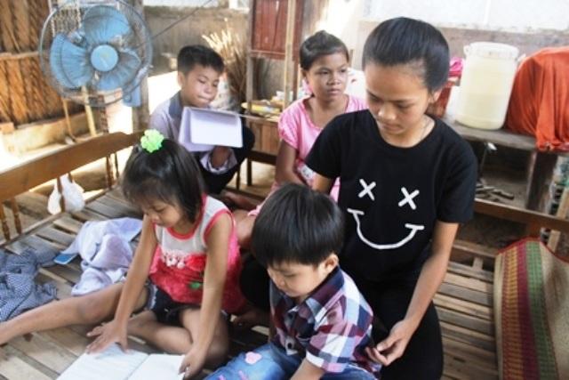 Cả 5 chị em mồ côi nương tựa vào nhà ngoại cũng thuộc diện nghèo khó