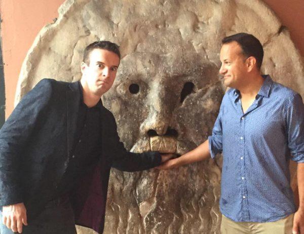 Ông Varadkar đã công khai mình là người đồng tính trên hãng thông tấn RTE hồi năm ngoái, vài tháng trước khi Ireland trở thành quốc gia đầu tiên hợp thức hóa hôn nhân đồng giới thông qua trưng cầu dân ý tháng 5/2015. Bạn đời của ông, Matthew Barrett là một bác sỹ. Trong ảnh: Ông Varadkar và bạn đời. (Ảnh: Facebook)
