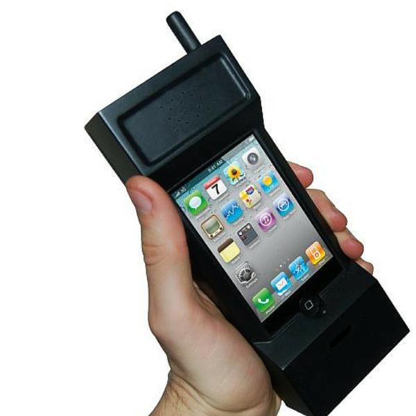 Dành cho những ai thích dùng iPhone, nhưng lại ưa chuộng kiểu dáng của một chiếc ... bộ đàm.