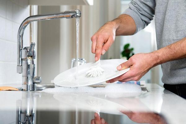 Ông thường xuyên tình nguyện rửa chén đĩa sau bữa ăn tối.
