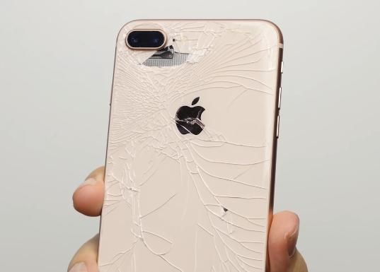Mặt lưng phía sau iPhone 8 tỏ ra kém bền hơn đôi chút so với Galaxy Note8. Phần kim loại thậm chí cũng bị tách ra với những va đập không phải trực tiếp vào mặt sau.