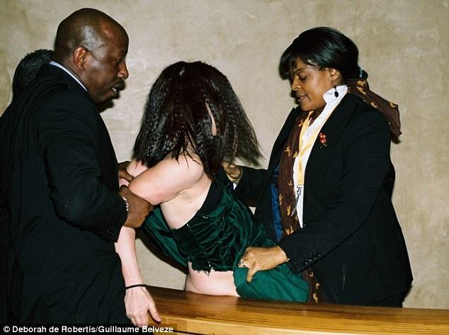 Ngay khi phát hiện sự việc bất thường, nhân viên an ninh của bảo tàng đã xuất hiện, xử lý nhanh tình huống và đưa người phụ nữ ra khỏi bảo tàng.