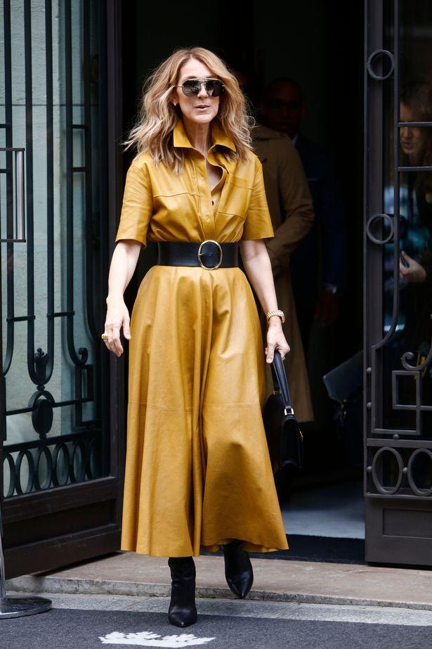 Chiếc váy da tông vàng được phối với những phụ kiện đen.