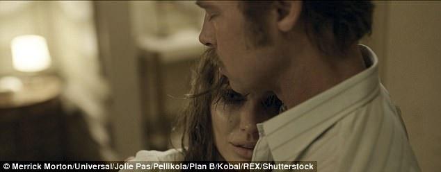 """Angelina đã đạo diễn bộ phim """"By The Sea"""" với hy vọng bộ phim về đề tài hôn nhân - gia đình sẽ giúp mối quan hệ đã bắt đầu rạn nứt của cặp đôi hàn gắn trở lại. Cô hy vọng hiệu ứng của """"Ông bà Smith"""" sẽ lặp lại với cặp đôi trong dự án phim mới."""