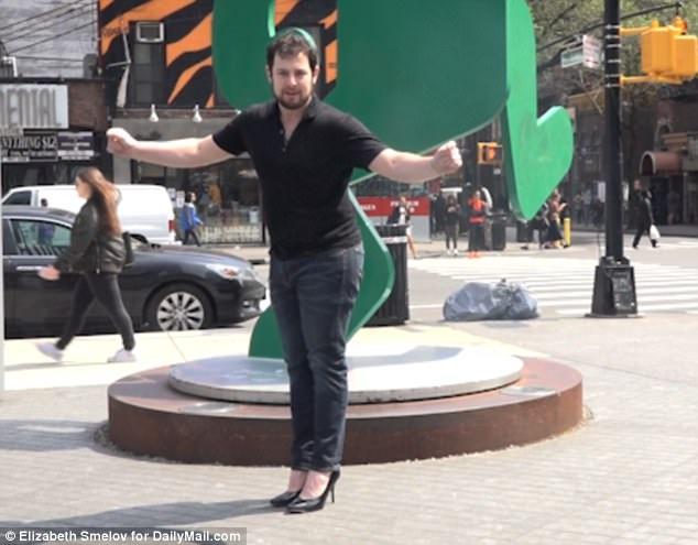 Anh Billy Procida là một trong ba người đàn ông đồng ý thực hiện thử thách - dành ra một buổi sáng đi lại quanh thành phố New York trên đôi giày cao gót.