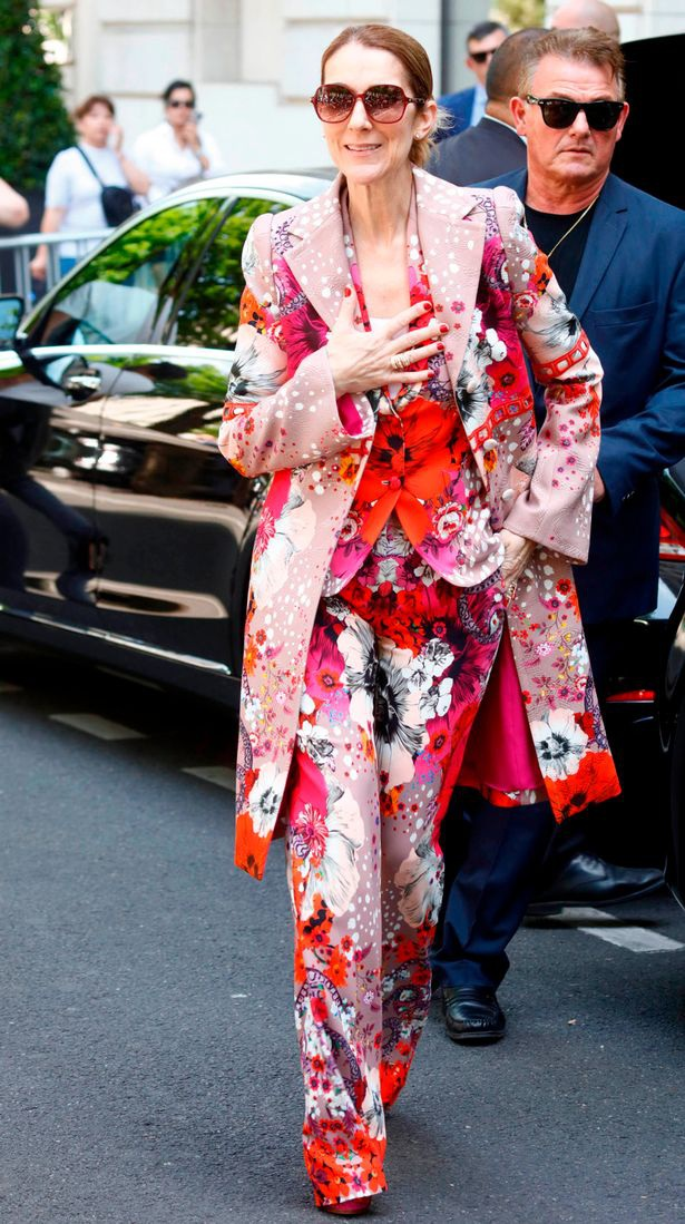 Bộ trang phục kết hợp toàn đồ hoa từ trong ra ngoài.