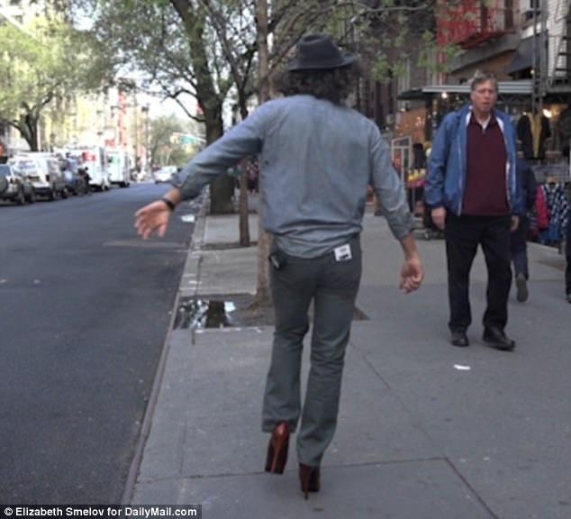 Anh Jonathan Runyan thậm chí đã cẩn thận đi thêm một đôi tất dày, dù vậy, vẫn có lúc anh phải dừng bước vì đôi giày khiến bàn chân đau nhức.