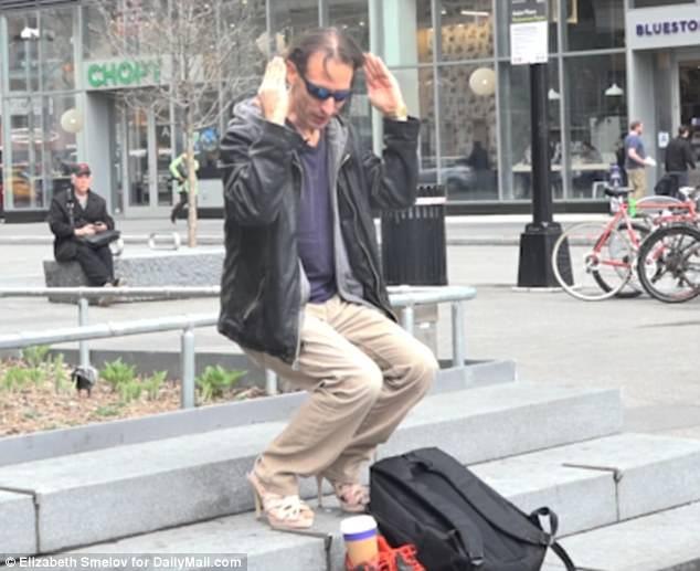 Anh Ken Again sau khi thử nghiệm bước đi trên đôi giày cao gót đã tự hứa với mình rằng kể từ giờ trở về sau, anh sẽ không bao giờ yêu cầu một người phụ nữ đang mang giày cao gót phải bước đi nhanh lên nữa.