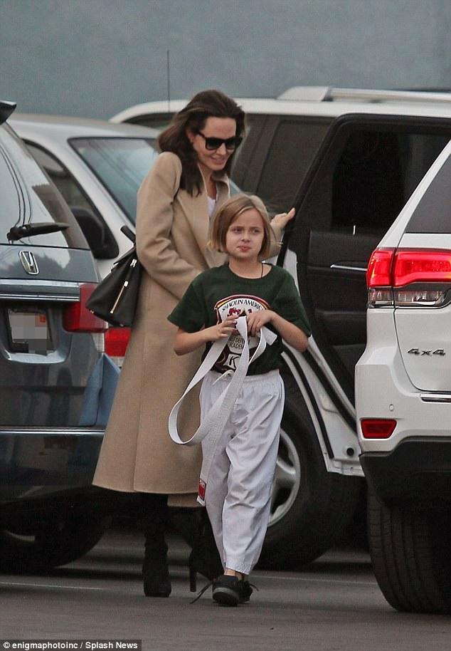 Angelina hiện giờ dành hết tâm sức cho các con và sự nghiệp điện ảnh. Cô thường xuất hiện bên các con. Trong ảnh, Angelina đưa con gái Vivienne đến lớp học karate của cô bé.