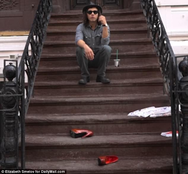"""Anh Jonathan sau trải nghiệm với đôi giày gót nhọn đã đưa ra ý kiến của mình đầy… sự bối rối: """"Thực ra thì cũng thoải mái tệ. Hóa ra cũng không đau đến phát khiếp""""."""