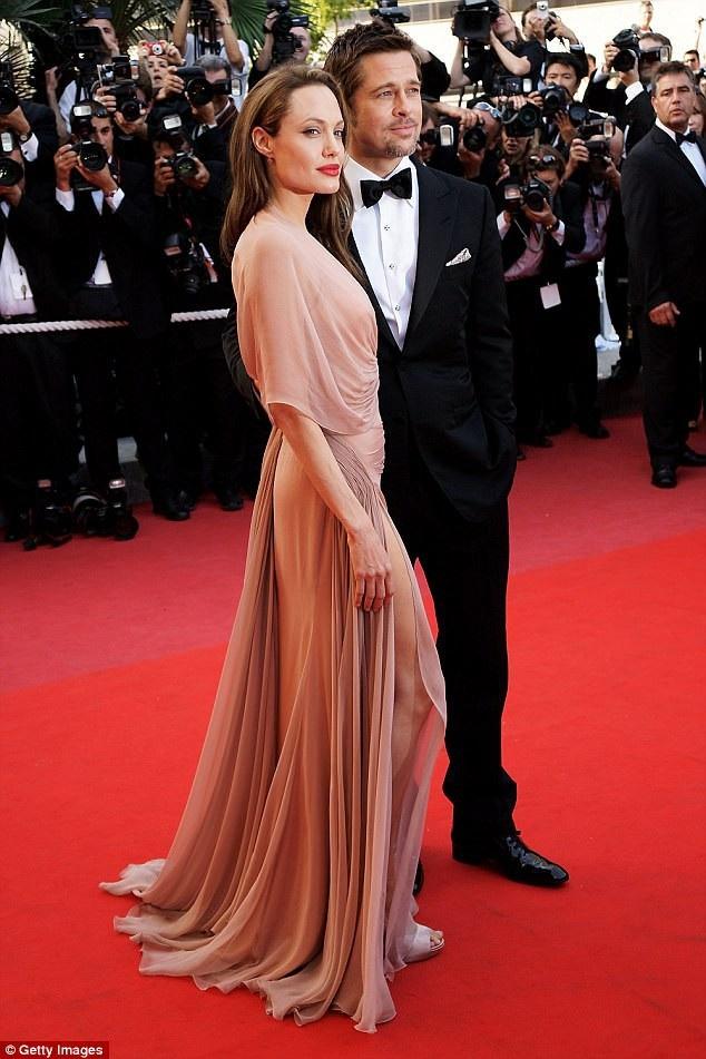 """Sau khi bước ra khỏi cuộc hôn nhân với Brad Pitt, Angelina Jolie tích cực thực hiện bộ phim tài liệu đầy tham vọng """"First They Killed My Father"""" (Trước tiên họ giết cha tôi)."""