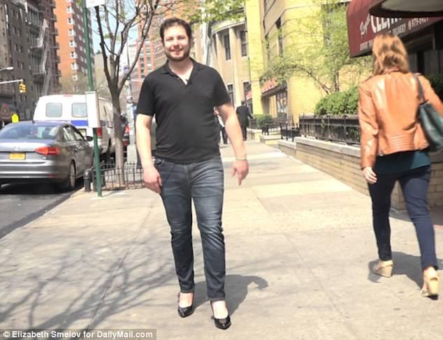 """Anh Billy bước đi trên đường phố càng lúc càng tự tin và có vẻ là người đàn ông thực hiện trải nghiệm này """"duyên dáng"""" nhất, dù vậy, anh vẫn khá """"băn khoăn"""" không biết mình nên đặt mũi giày hay gót giày xuống mặt đất trước."""