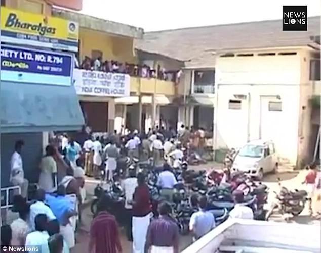 Vụ việc đã khiến một người đàn ông thiệt mạng vì bị voi tấn công trực tiếp, 12 người khác bị thương chủ yếu do đám đông hỗn loạn xô đẩy.