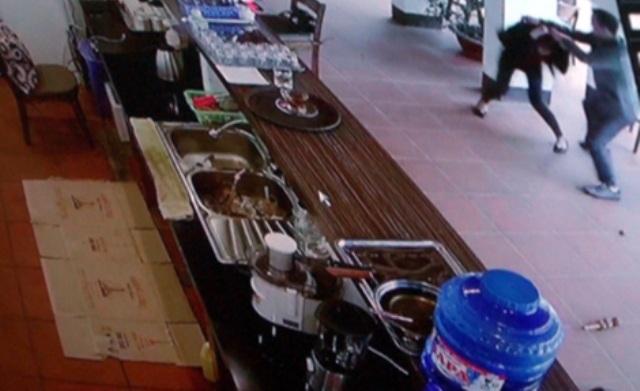 Hình ảnh đối tượng tấn công nữ nhân viên quán cà phê. Ảnh cắt từ clip