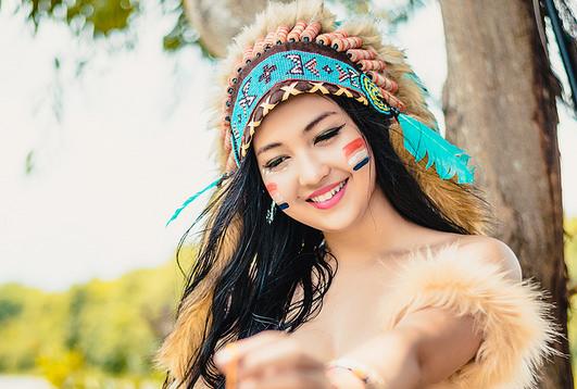 """Từng nhận nhiều ý kiến trái chiều khi bộ ảnh """"Nữ thổ dân"""" được cộng đồng mạng chia sẻ, Hứa Phạm Linda - hotgirl mang 3 dòng máu Việt - Pháp - Ấn Độ sau 2 năm đã quay trở lại thướt tha trong bộ áo dài trắng"""