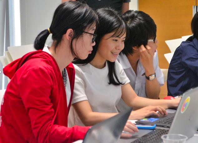 Phạm Thị Thu Hường (Giữa) hiện đang là sinh viên năm 3 ngành Công nghệ thông tin, Trường Đại học Công nghệ (Đại học Quốc gia Hà Nội).