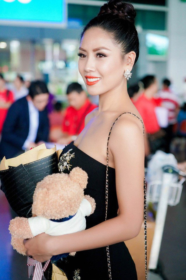 Nguyễn Thị Loan đã đáp chuyến bay từ Mỹ về Việt Nam sau chuỗi ngày tham dự Miss Universe 2017. Dù phải di chuyển quãng đường dài nhưng cô vẫn vô cùng gợi cảm, rạng rỡ và hạnh phúc khi gặp lại mọi người, kết thúc chuyến hành trình một tháng ở xứ sở cờ hoa.
