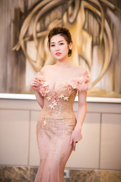Á hậu Dương Tú Anh lộng lẫy trong vai trò MC - 3