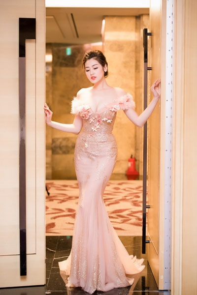 Á hậu Dương Tú Anh lộng lẫy trong vai trò MC - 2