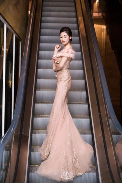 Á hậu Dương Tú Anh lộng lẫy trong vai trò MC - 1